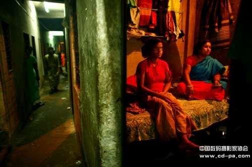 摄影师gmb akash的照片展示了这些童妓令人绝望的生活