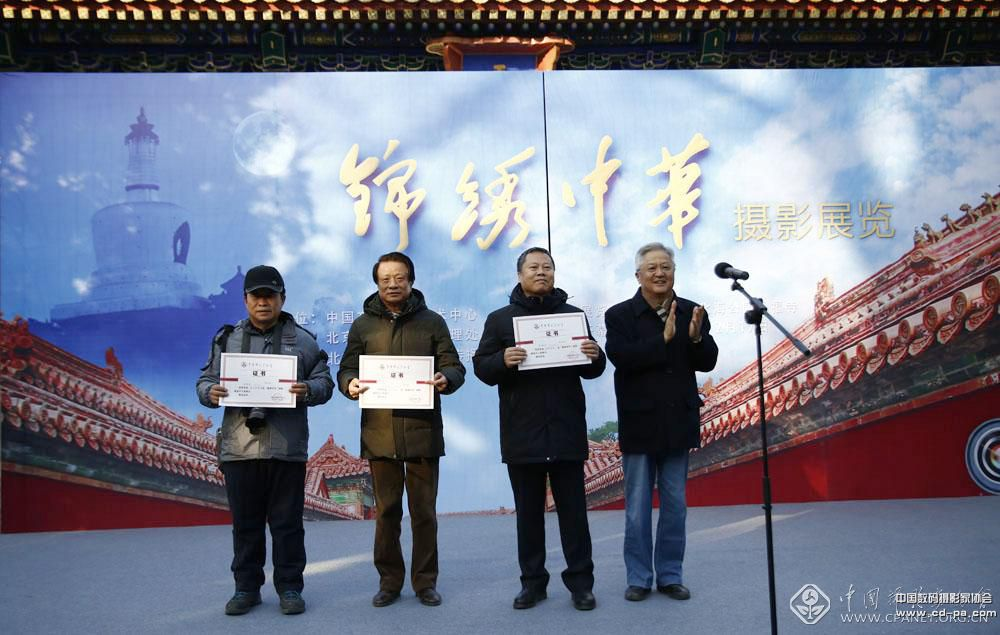 原国家新闻广电出版总署党组成员宋明昌向入选作者代表颁发证书。张双双 摄.JPG